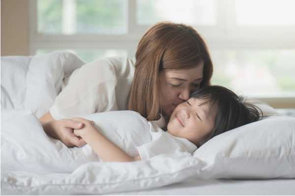 ママと子ども添い寝