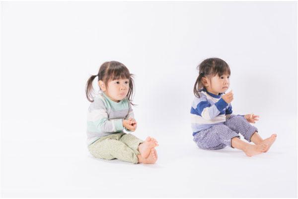 子どもがお菓子を食べている