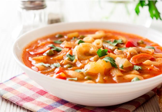 好みの野菜やきのこ類、ベーコン、にんにくを切ってオリーブオイルで炒め